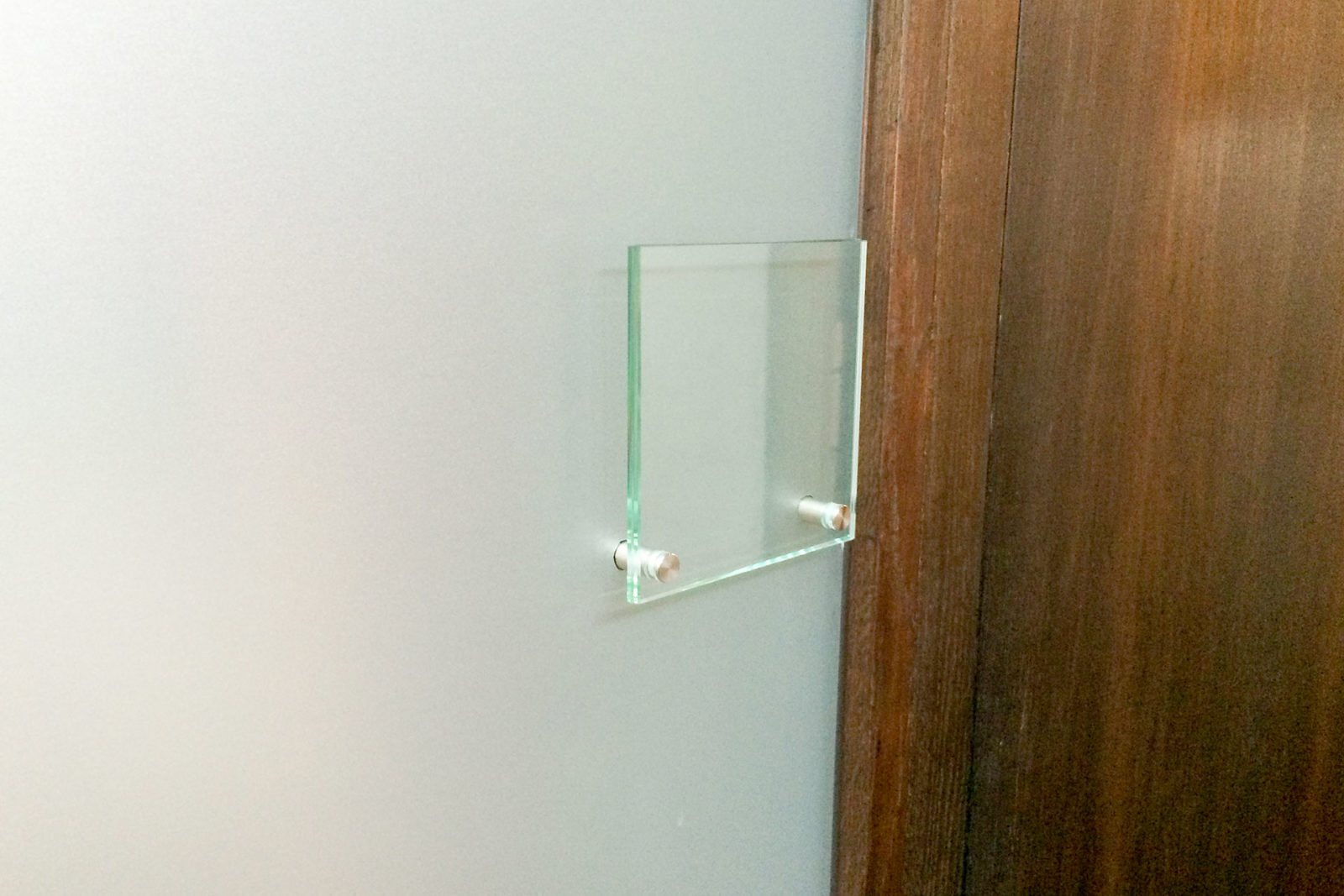 Glasschild an der Wand mit Design-Glasschilder