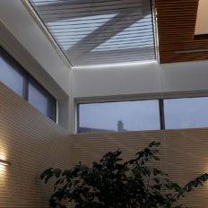 Sonnenschutzrollos für Gewerbe- & Bürogebäude oder Privathäuser – effektiver Sonnenschutz und Blendschutz
