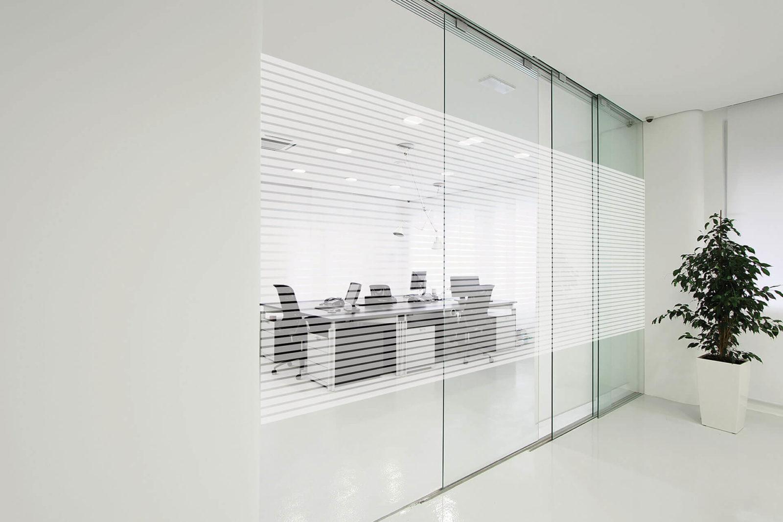 Streifenfolie für Büros mit viel Glasfläche