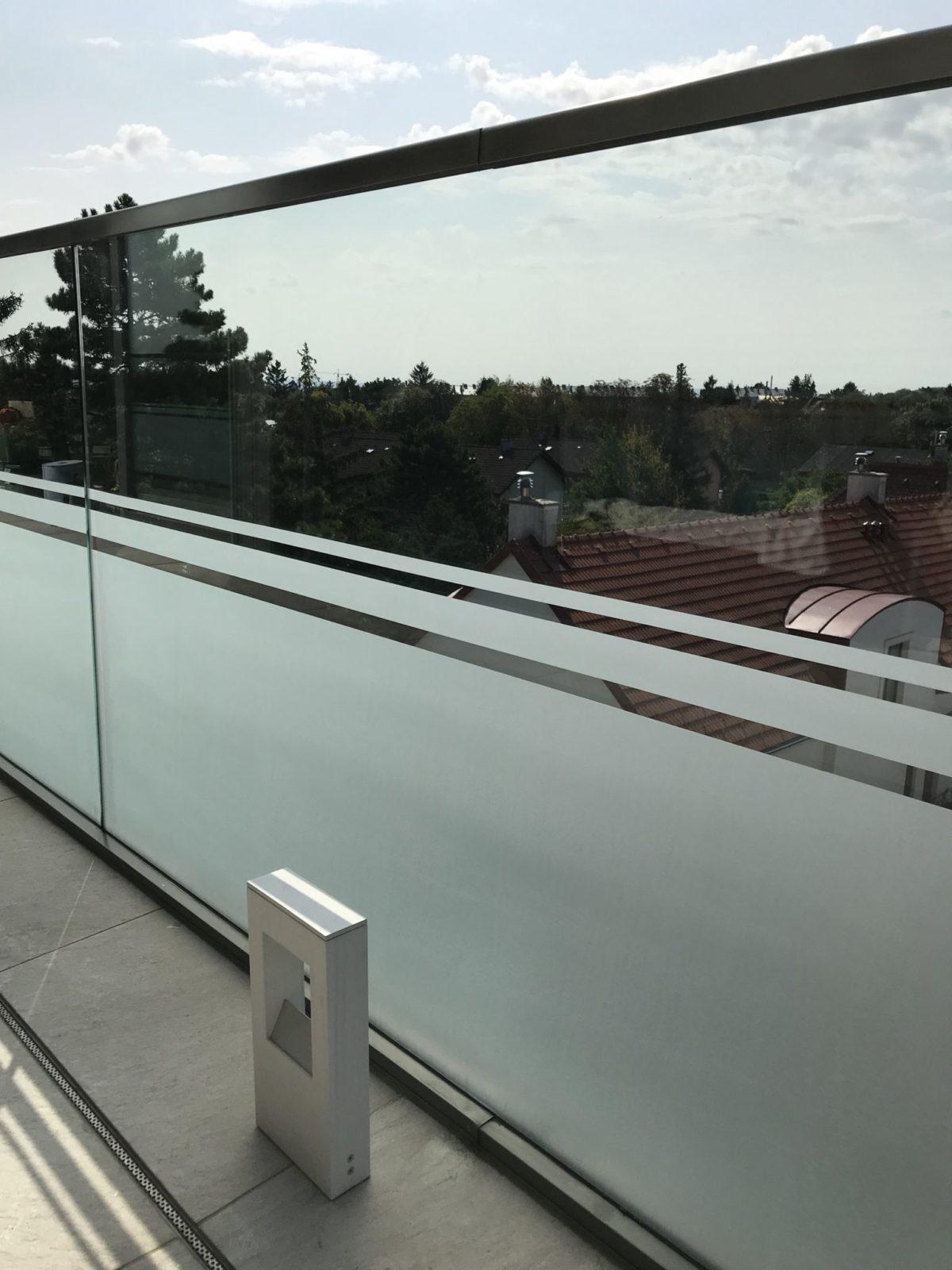Sichtschutz Glasgeländer mit Streifen