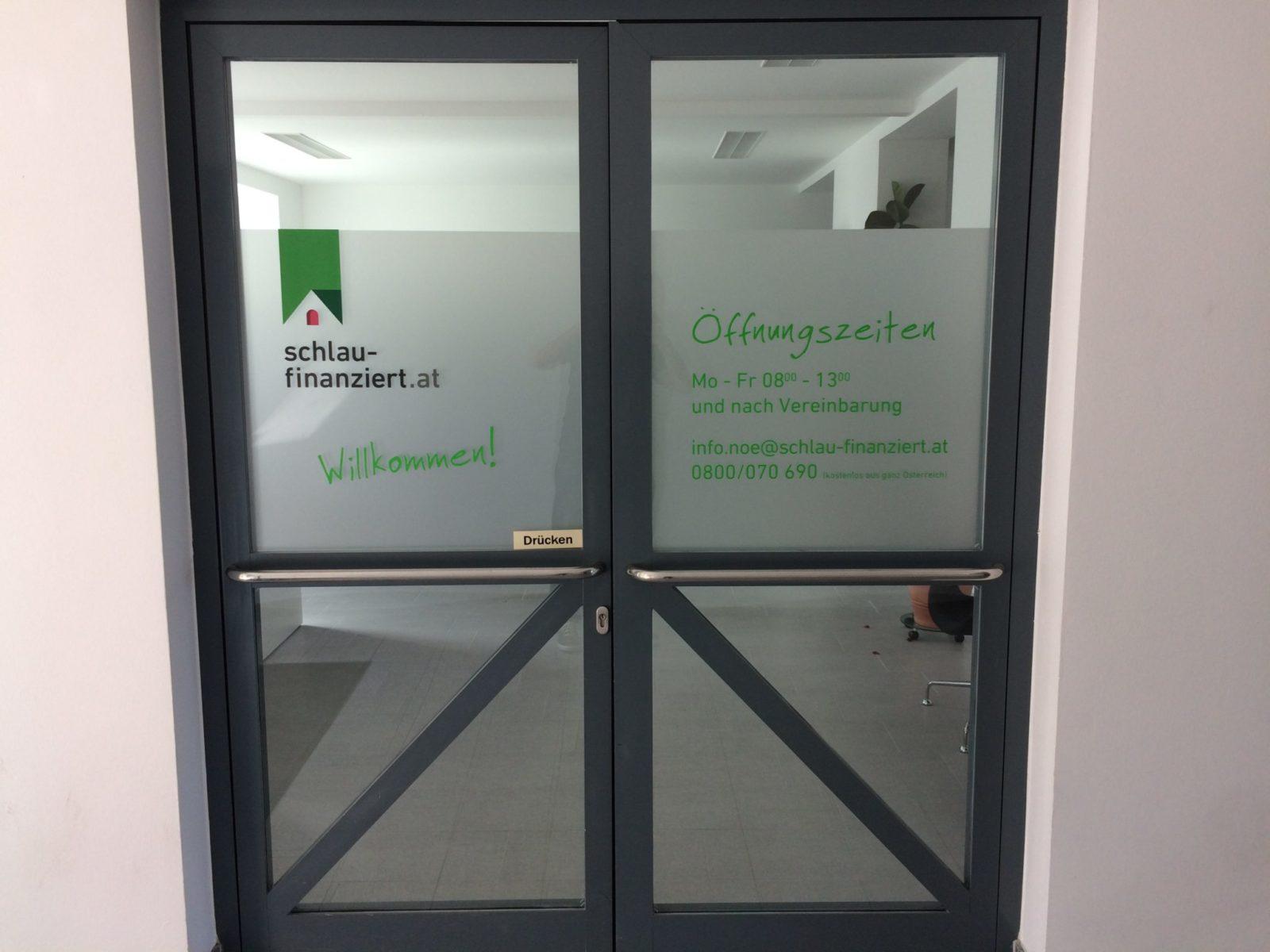 Büro Eingang mit Öffnungszeiten