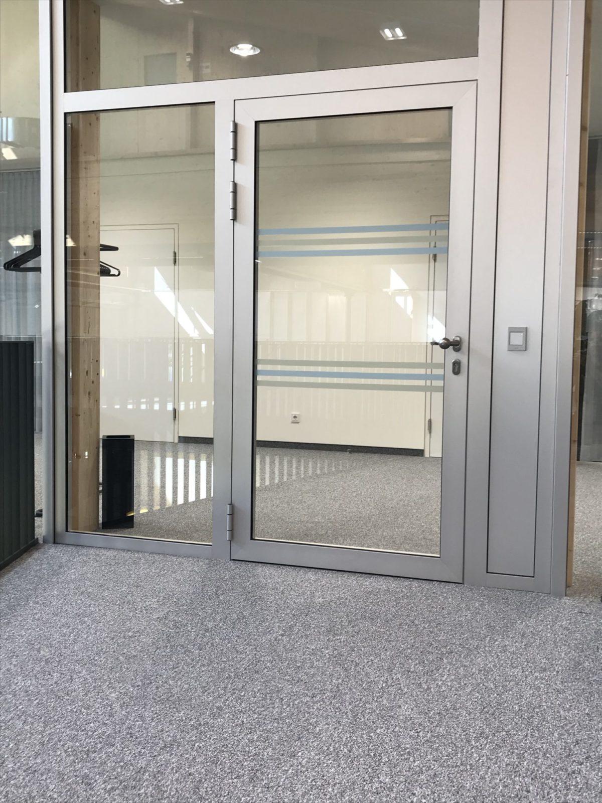 Glas Gegenlaufschutz Anlaufschutz DIN 32975 bei Türe