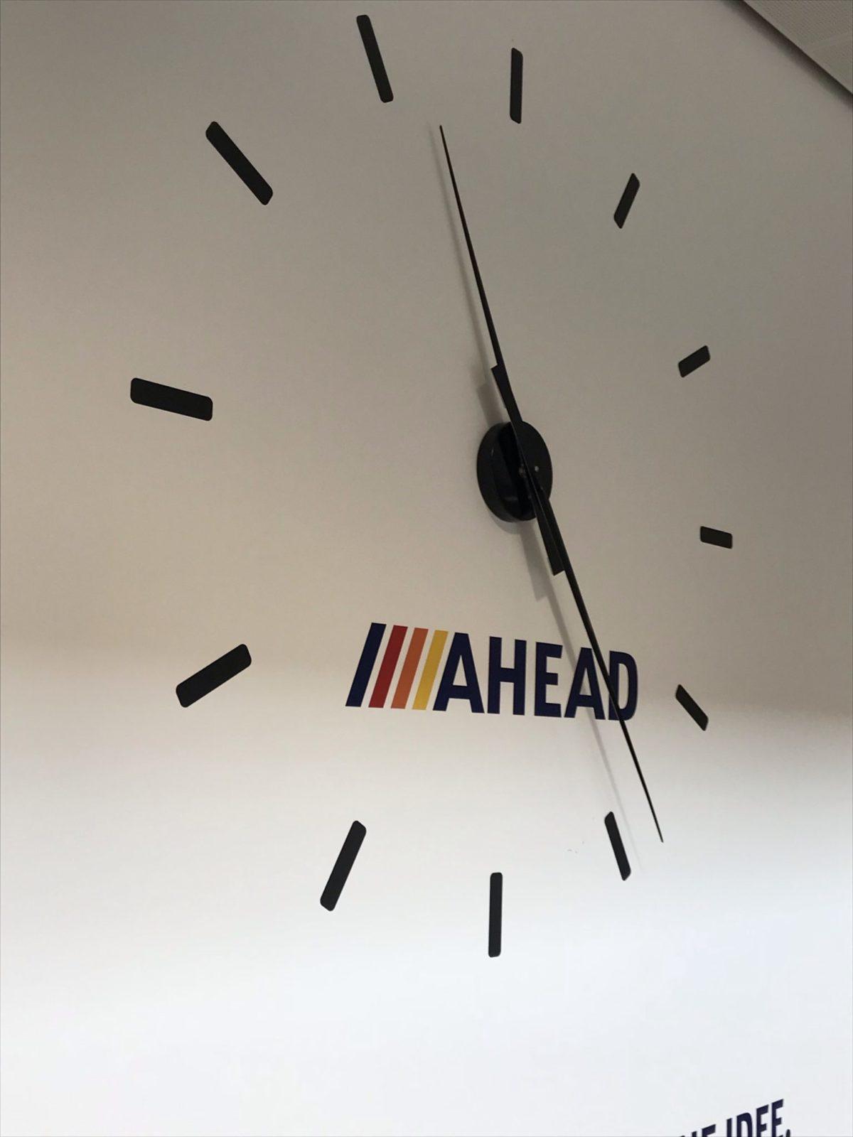 Wandgestaltung mit Folie mit Uhr
